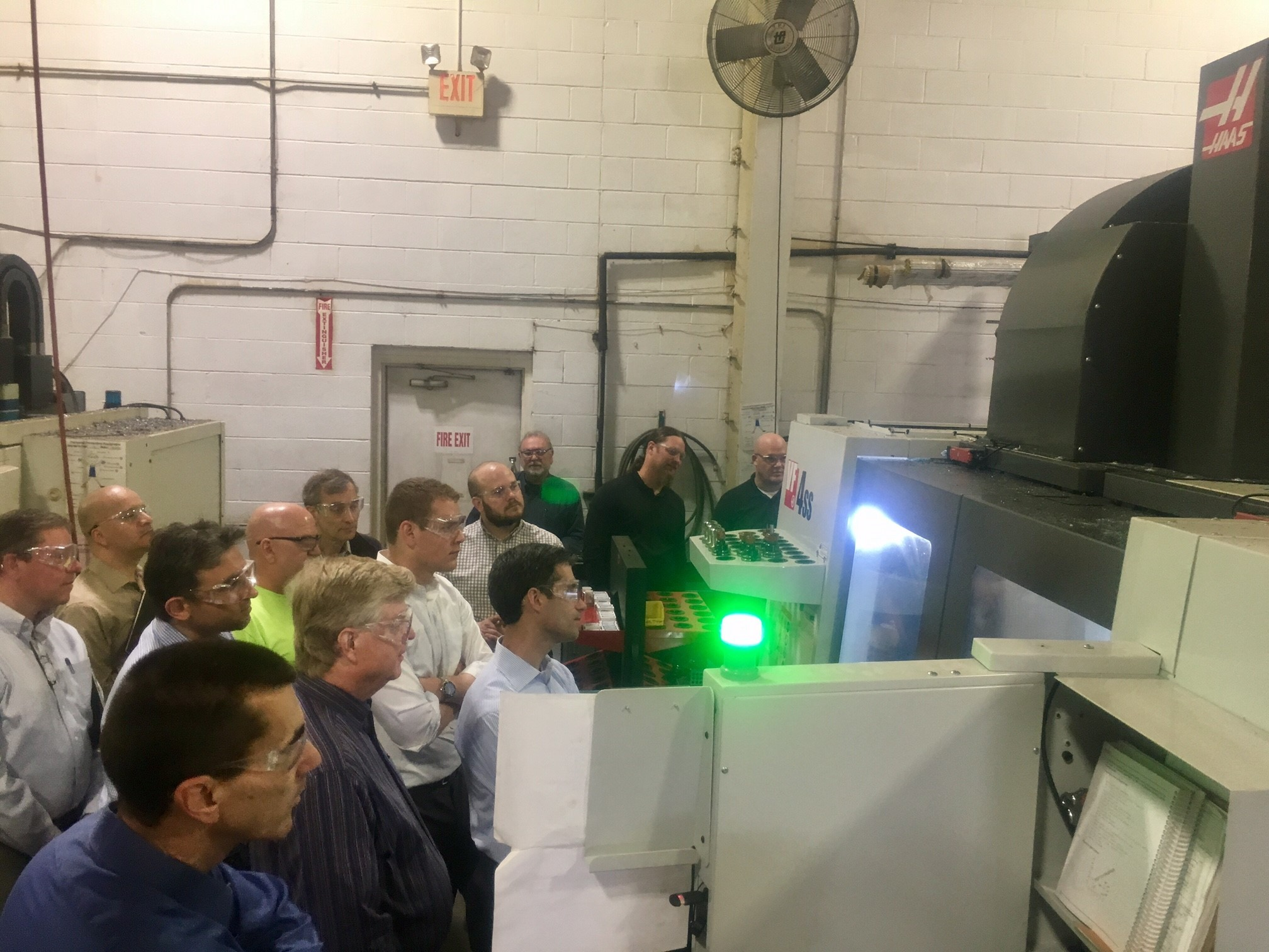 Dynatect team bei Demonstration der Haas CNC-Maschine